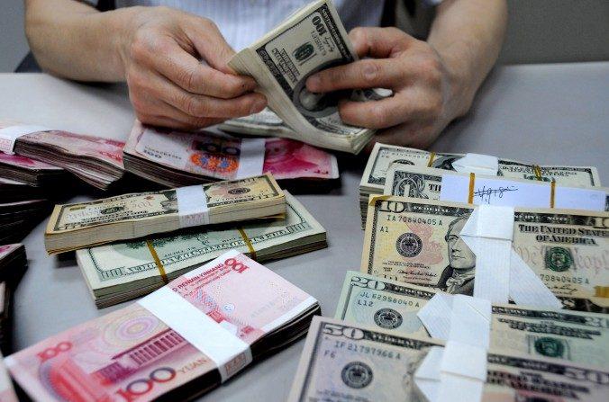 Conteo de dinero en el Banco de China. ChinaFotoPress/Getty Images)