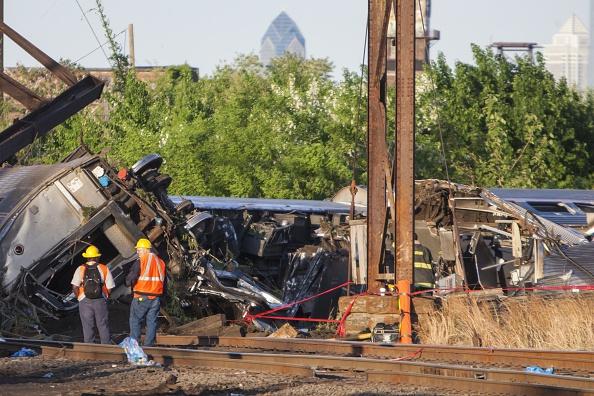 Personal de rescate trabaja en el lugar del accidente ferroviario, ocurrido el martes, 12 de mayo, de 2015, en Filadelfia. Foto: Samuel Corum/Anadolu Agency/Getty Images