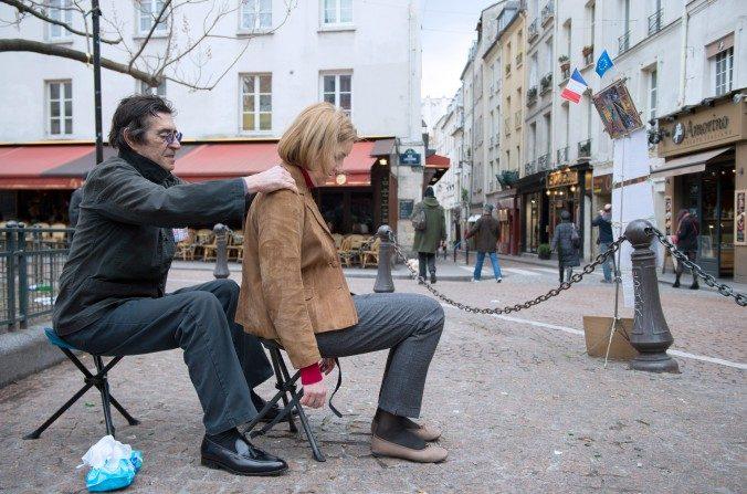 En esta foto de archivo, un hombre da un masaje a una mujer en la espalda, en París el 17 de marzo de 2013. De acuerdo con un antiguo consejo de salud china, un masaje en la espalda todos los días tiene muchos beneficios. (Bertrand Langlois / AFP / Getty Images)
