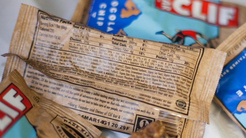 La barra con chips de chocolate marca Clif tiene 23 gr de azúcar por barra.  (Benjamin Chasteen/La Gran Época)