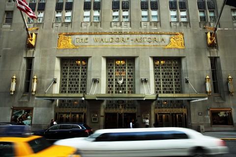 El Waldorf Astoria, hotel emblemático de Nueva York, el 6 de octubre de 2014, el día que se anunció que Hilton Wordlwide lo vendería al Grupo de Seguros Anbang de Beijing por 1.950 mil millones de dólares (Spencer Platt/Getty Images)