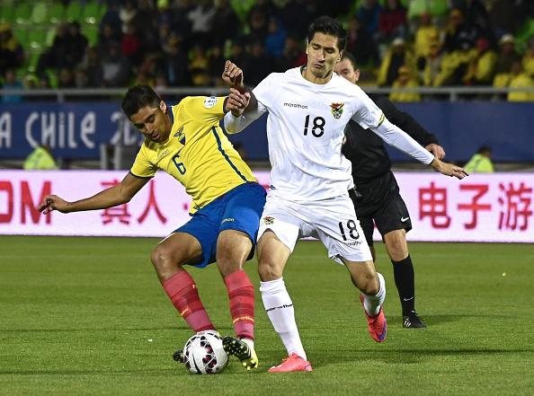 El mediocampista ecuatoriano Cristian Noboa (izq) y el delantero boliviano Ricardo Pedriel en el partido de la Copa América 2015. (LUIS ACOSTA/AFP/Getty Images)