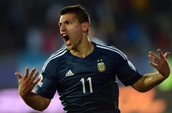 El delantero argentino Sergio 'Kun' Agüero celebra su gol ante Uruguay por la Copa América 2015. (MARTIN BERNETTI/AFP/Getty Images)
