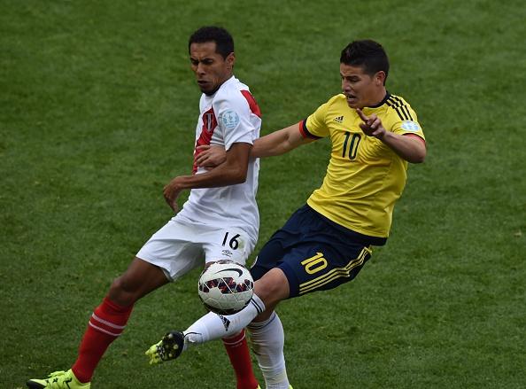 James y Lobaton se enfrentan en la Copa América, 21 de junio 2015. (CRIS BOURONCLE/AFP/Getty Images)