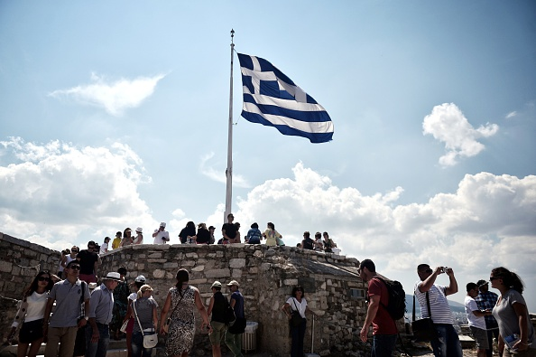 La bandera griega en la Acrópolis de Atenas. (LOUISA GOULIAMAKI/AFP/Getty Images)