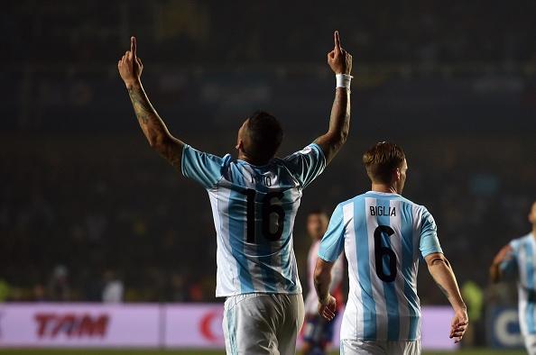 El defensor argentino Marcos Rojo celebra el primer gol contra Paraguay en la segunda semifinal de la Copa América 2015. (YURI CORTEZ/AFP/Getty Images)