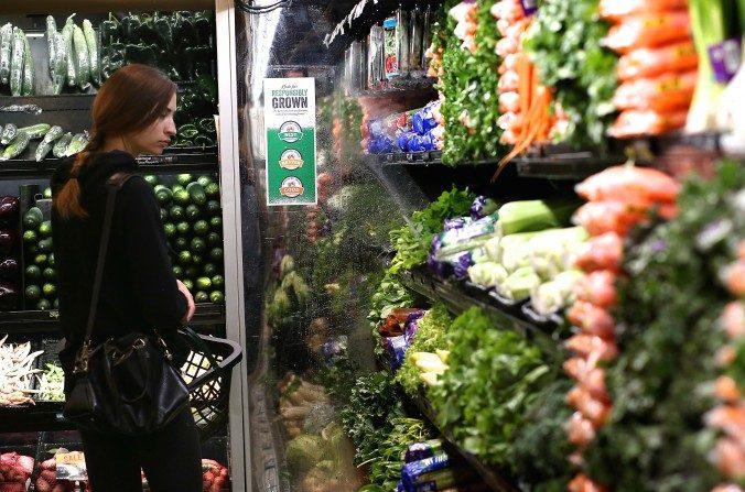 Un cliente comprando vegetales en San Francisco. (Justin Sullivan/Getty Images)