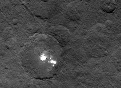 Puntos del asteroide ceres  a 4.400 kil{ometros de distancia, siguen siendo un misterio. (NASA)