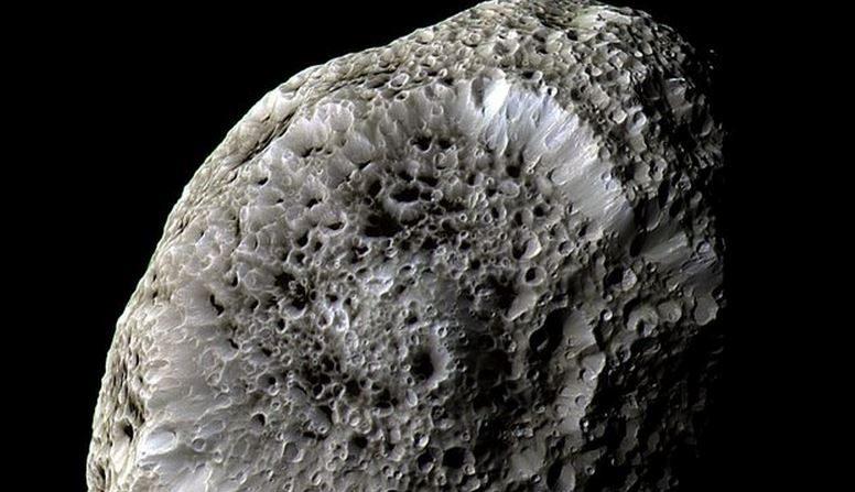 imagen de Hiperión captada el 26 de septiembre de 2005, a una distancia de 62 mil kilómetros. donde la escala es 362 metros por pixel. (Está registrada e los archivos que dan crédito a la NASA, el laboratorio de Propulsión Jet (JPL) y el Space Science Institute.)