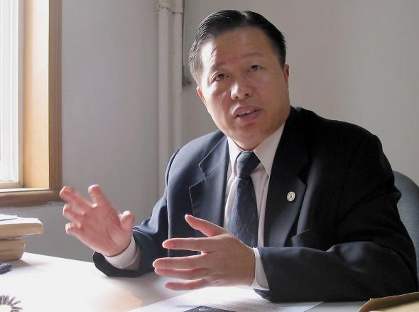 Gao Zhisheng, abogado de derechos humanos, se reúne con medios de comunicación en una casa de té en Beijing, China, el 7 de abril de 2010, después de haber sido arrestado por agentes de seguridad chinos durante 13 meses. (Verna Yu/AFP/Getty Images)