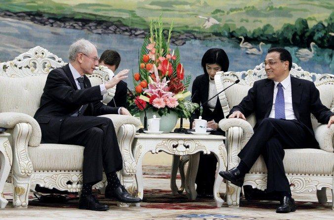 El vice premier de China, Li Keqiang (der) habla con el presidente del Consejo Europeo, Herman Van Rompuy en el Gran Salón del Pueblo, durante la cumbre entre la Unión Europea y China realizada el 15 de febrero de 2012, en Beijing. (How Hwee Young/Getty Images)