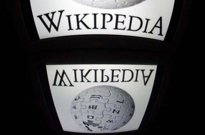 """En esta foto de archivo, el logotipo de """"Wikipedia"""" se ve en una pantalla de una Tablet el4 de diciembredel 2012 en París. (Lionel Bonaventure / AFP / Getty Images)"""