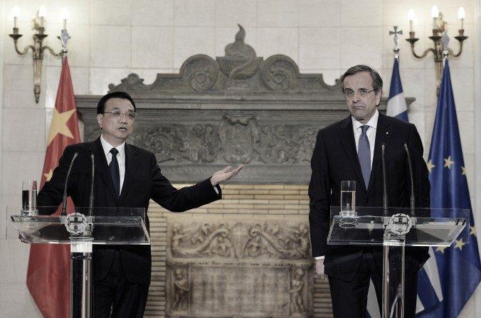 El primer ministro chino Li Keqiang (L) y el primer ministro griego Antonis Samaras participan en una conferencia de prensa conjunta en la Mansión Maximos en Atenas después de una reunión, el 19 de junio de 2014. (Louisa GouliamakiAFP/Getty Images).