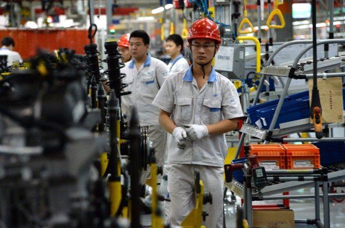La línea de montaje en la planta de FAW-Volkswagen en Chengdu, provincia de Sichuan, el6 de juliodel 2014. China está tratando de construir una base avanzada en fabricación. (Goh Chai Hin / AFP / Getty Images)