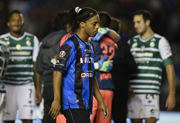 Ronaldinho (C) de Querétaro después de perder contra el Santos en  Ctorneo Clausura Mexicano 2015 en Querétaro, México, el 31 de mayo de 2015. (ALFREDO ESTRELLA / AFP / Getty Images)