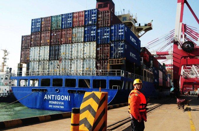 Un buque de carga se prepara para zarpar del puerto de Qingdao en China, el 7 de marzo de 2014. (STR/AFP/Getty Images).