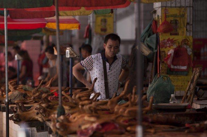 Imagen del 17 de junio de 2015 de un puesto callejero de Yulin donde se vende carne de perro. (STR/AFP/Getty Images)