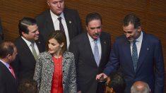 Impiden a senadores mexicanos que se tomen selfies con los reyes