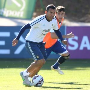 El jugador argentino Carlos Tevez podría continuar su carrera en el Napoli de Italia.