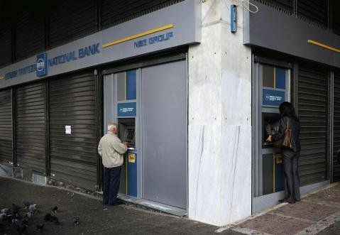 Clientes en los cajeros automáticos del Banco Nacional de Grecia, en el centro de Atenas. (Imagen: lainformacion.com)