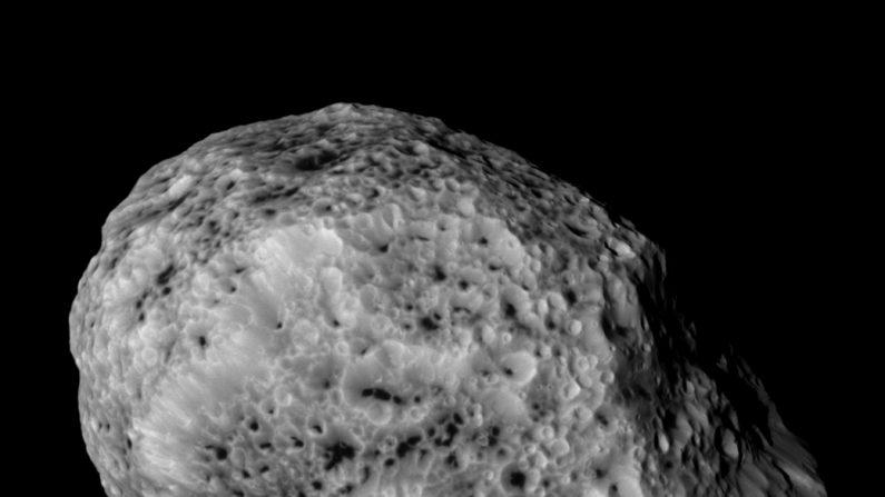 Luna Hiperión de Saturno, la más irregular de todas y con una órbitan tan impredecible que es difícil de captar da un lado diferente que su cara esponjosa. Vista a 60 mil kilómetros de la nave Cassini. ( NASA/JPL-Caltech/Space Science Institute)
