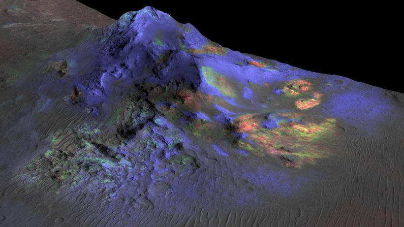Los investigadores han encontrado depósitos de vidrio (en verde) que se conserva en los cráteres de Marte, incluyendo el cráter Alga, que se muestra aquí. La detección se basa en datos del instrumento de Reconocimiento tipo Espectrómetro de Imágenes para Marte (CRISM) que se encuentra en la nave  Orbitador de Reconocimiento de Marte de la NASA. (NASA / JPL-Caltech / JHUAPL / Univ. de Arizona)