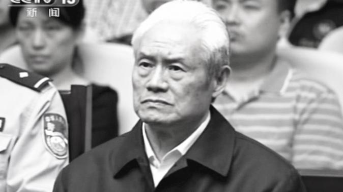 En esta imagen tomada de video difundido por la CCTV de China, Zhou Yongkang, ex miembro del Comité Permanente del Buró Político del Partido Comunista chino a cargo de la seguridad, se sienta en una sala de audiencias en el Tribunal Primero Popular Intermedio de Tianjin en Tianjin, China, el jueves 11 de junio de 2015. (Foto AP / CCTV a través de AP Video)