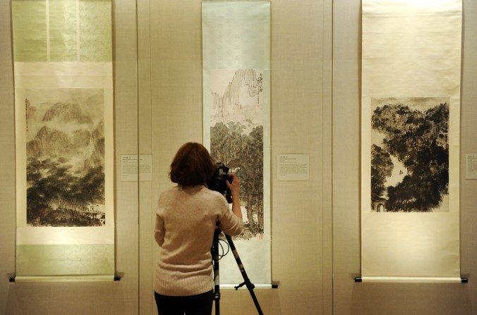 Una mujer filma una exposición de pintura china en el Museo Metropolitano de Arte en Nueva York el 20 de enero de 2012. (Stan Honda / AFP / Getty Images)