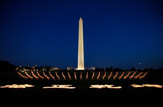 Unas 12.000 velas arregladas para la vigilia en Washington, D.C. el 16 de julio, para conmemorar el aniversario de la persecución a Falun Gong. (Lisa Fan/La Gran Época)