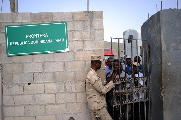 Soldados dominicanos controlan el acceso en la frontera con Haití. (HECTOR RETAMAL/AFP/Getty Images)