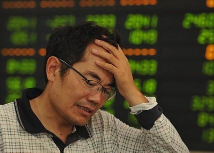 Los ciudadanos chinos arriesgaron hasta sus casas en el mercado financiero, y ahora corren el riesgo de perderlo todo. Una crisis financiera en China podría golpear fuertemente a las economías de América Latina y el Caribe, advierten especialistas. (STR/AFP/Getty Images)