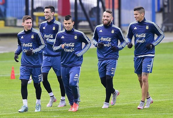 Lionel Messi, Javier Pastore, Sergio Aguero, Nicolas Otamendi y Marcos Rojo entrenan en Concepción, Chile, el 1 de julio de 2015. (LUIS ACOSTA/AFP/Getty Images)