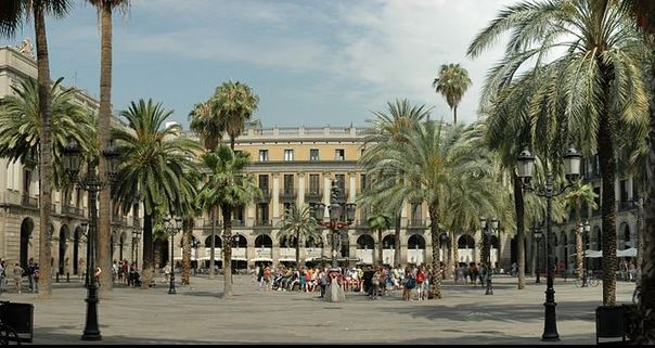 Plaza Real de Barcelona España. (Josep Renalias - Wikimedia Commons)
