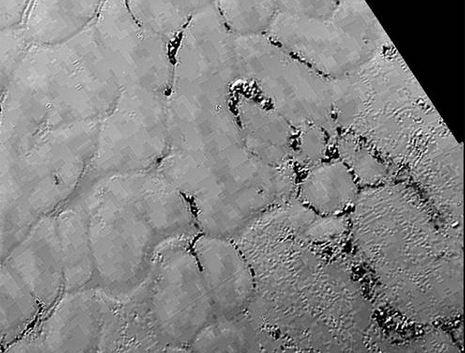 Acercamiento de la llanura Sputnik sin cráteres de Plutón. Captada el 14 de julio desde la nave New Horizont de la NASA a una distancia de 77.000 kilómetros. (NASA / JHUAPL / SwRI)