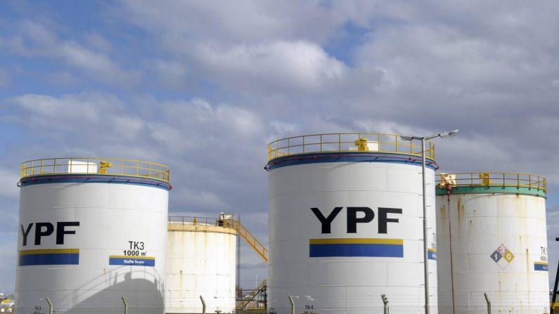 Tanques de Yacimientos Petrolíferos Fiscales en Río Gallegos, Santa Cruz, Patagonia argentina. (JUAN MABROMATA/AFP/Getty Images)