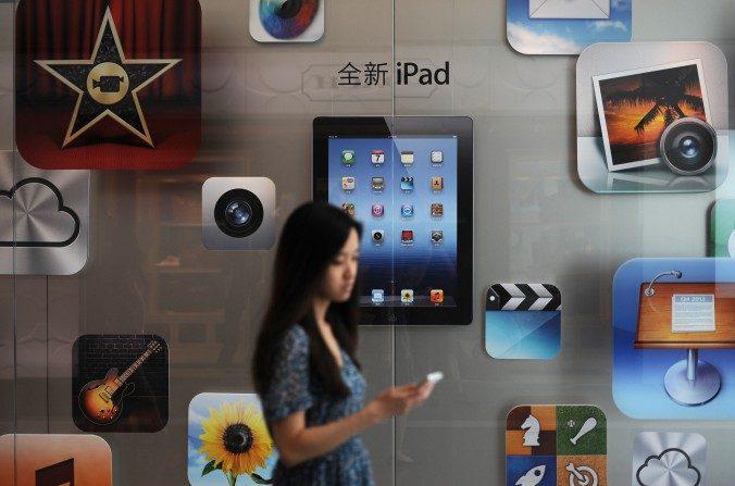 Un cliente pasa por una tienda de Apple en Shanghái en el 2012. La nueva ley de seguridad cibernética China restringiría a empresas como Apple, y podría obstaculizar la propia economía de China. (Peter Parques / AFP / Getty Images)