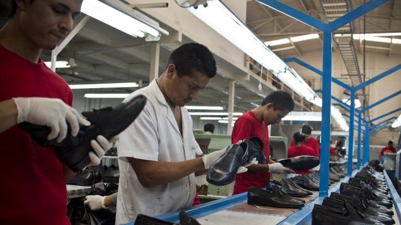 Trabajadores de una fábrica de zapatos en León, Estado de Guanajatio, México, 1° de marzo de 2013. (Ronaldo Schemidt / AFP / Getty Images)