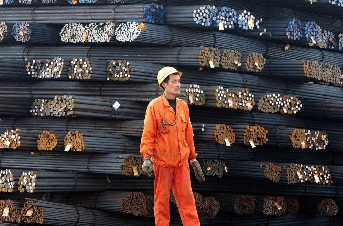 Trabajador en un mercado de acero en Qingdao, provincia oriental china de Shandong el 17 de marzo de 2015. (STR/AFP/Getty Images)