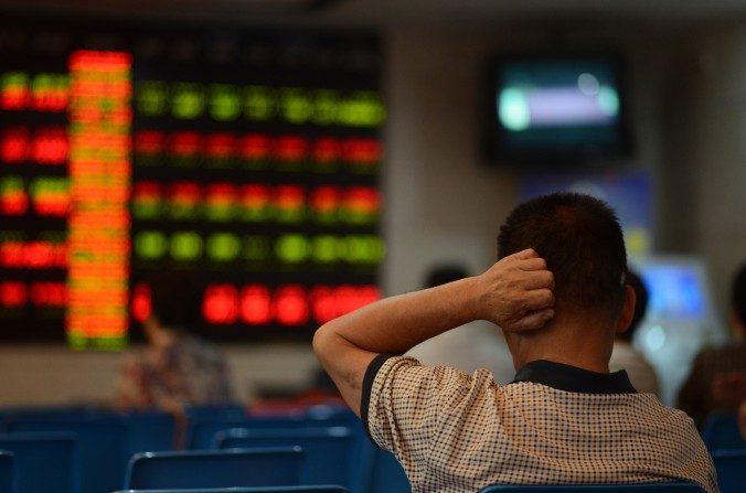 Un inversor chino en una agencia bursátil en Shanghai, 6 de julio de 2015. (JOHANNES EISELE/AFP/Getty Images)
