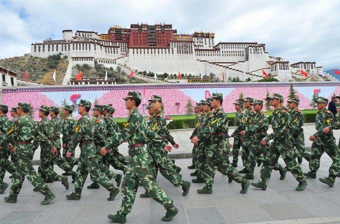 Policías paramilitares chinos patrullan el Palacio Potala durante la ceremonia de relevo de la antorcha en Lhasa para los Juegos Olímpicos de Beijing el 21 de junio de 2008. (TEH ENG KOON/AFP/Getty Images)