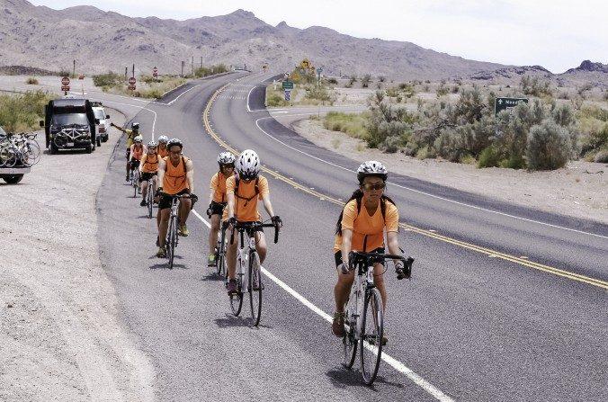 Ciclistas de Ride2Freedom pasan por Needles, California, en el desierto de Mojave en el segundo día, 2 de junio de 2015. (Chris Jasurek/La Gran Época)