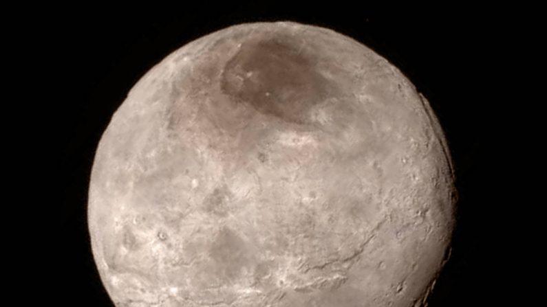 Imagen de la luna mayor de Plutón el 14 de julio de 2015 durante el mayor acercamiento de la nave New Horizont de la NASA.(NASA-JHUAPL-SwRI)