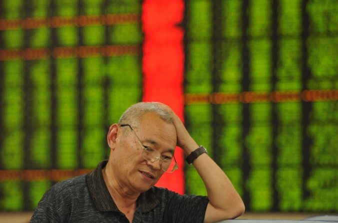 Un inversor verifica los precios de sus acciones en la provincia china de Anhui. (STR/AFP/Getty images)