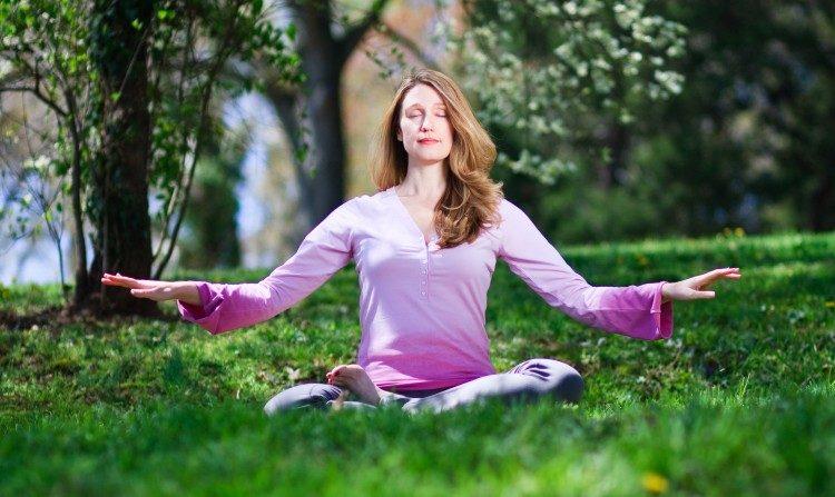 Una practicante de Falun Dafa meditando. Se encontró que muchas de las personas que practican meditación son capaces de emanar grandes cantidades de varios tipos de energía, que pueden ser medidas, también son capaces de controlar el metabolismo y otros procesos corporales. (Jeff Nenarella/La Gran Época)