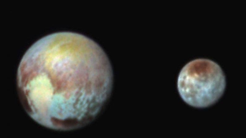 Plutón a la izquierda y su luna Carionte a la derecha. (NASA/APL/SwRI)