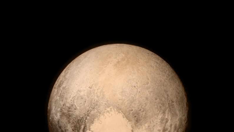 Pluton con sus colores de acuerdo a un instrumento de la nave New Horizont el 13 de julio. Se observa la zona geològica del corazòn.(NASA)
