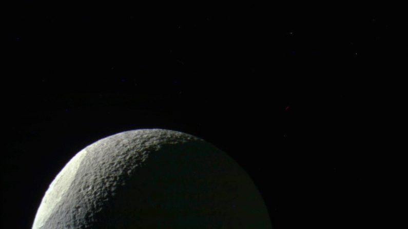 Luna teti de Saturno, La imagen revela la diferencia de textura y brillantez de la cuenca Odysseus. ( Casini/ NASA)