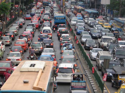 Ejemplo de tráfico denso en Bankok, causante de polución atmosférica y ruido. / Gemma Longman. / Wikipedia/CC