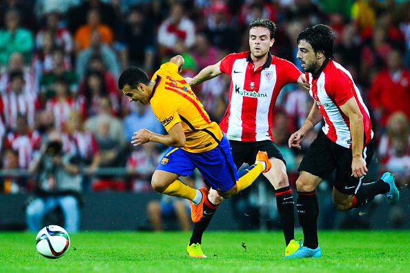 Pedro Rodriguez, del FC Barcelona, cae ante Javi Eraso (C) y Benat Etxebarria del Athletic Club. (David Ramos/Getty Images)