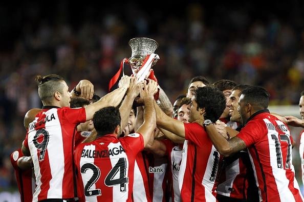 El equipo del Athletic Bilbao festeja la obtención de la Supercopa. (QUIQUE GARCIA/AFP/Getty Images)